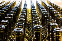 Gro?e Gruppe gr?ne aufbereitete Glasweinflaschen lizenzfreie stockfotografie