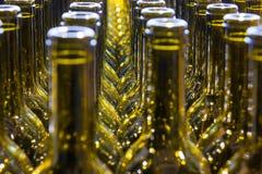 Gro?e Gruppe gr?ne aufbereitete Glasweinflaschen lizenzfreie stockbilder