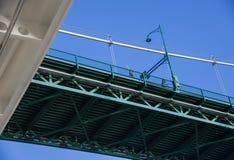 Gro?e Kreuzschiffe kl?rt gerade die L?we-Tor-Br?cke in Vancouver, Britisch-Columbia lizenzfreies stockfoto