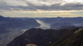 Gro?e Landschaft am Iseo See in der Wintersaison, nebelig und in der Feuchtigkeit in der Luft Panorama von Monte Pora, Alpen, Ita lizenzfreies stockbild