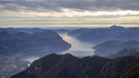 Gro?e Landschaft am Iseo See in der Wintersaison, nebelig und in der Feuchtigkeit in der Luft Panorama von Monte Pora, Alpen, Ita lizenzfreie stockfotos