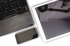Gro nowożytni urządzenia elektroniczne komputerowy laptop, cyfrowa pastylka i mobilny mądrze telefon odizolowywający na białym tl Fotografia Royalty Free