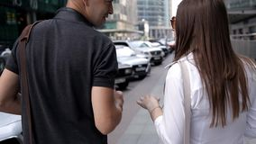 Gro?stadt mit Wolkenkratzern Hintere Ansicht zwei Touristen gehen um die Stadt mit einer Kamera und einem netten Schwätzchen stock video