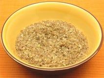 Groats do trigo de Bulgur em uma bacia de cerâmico fotografia de stock