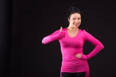 Grobe athletische Frau spielt Ball auf Schwarzem Stockfotos