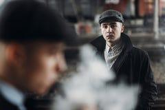 Grobe Gangster, die auf Hintergrund der Eisenbahn aufwerfen England in 192 Lizenzfreie Stockfotografie
