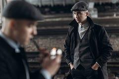 Grobe Gangster, die auf Hintergrund der Eisenbahn aufwerfen England in 192 Lizenzfreies Stockbild
