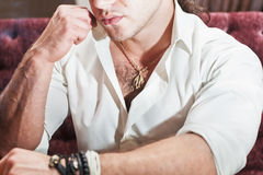 Grobe Mannlippenhände Stockfoto