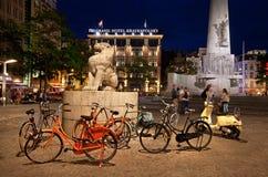 Grobelny kwadrat Amsterdam przy nocą Fotografia Royalty Free