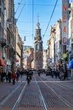 Grobelny kwadratowy teren z GVB tramwajem jedzie bicykle ludźmi i zdjęcia stock