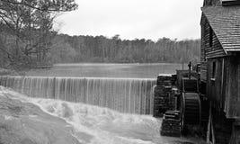 Grobelny przepływ przy Yates młynu stawem obraz stock