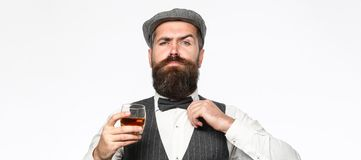 Grober bärtiger Mann mit Glas Whisky, Weinbrand, Kognak Attraktiver Mann mit einem Kognak Alte Hippie-Art whisky lizenzfreie stockbilder