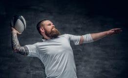 Grober bärtiger Rugbyspieler in der Aktion stockfotos