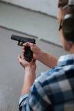 Grober Berufsmeisterschütze, der sein Gewehr neu lädt Lizenzfreies Stockfoto