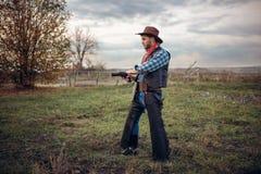 Grober Cowboy mit Revolver, Schießerei auf Ranch lizenzfreie stockfotografie