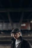 Grober Gangster, der auf Hintergrund der Eisenbahn aufwirft England im Jahre 1920 Stockbild