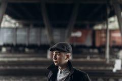 Grober Gangster, der auf Hintergrund der Eisenbahn aufwirft England im Jahre 1920 Stockfoto