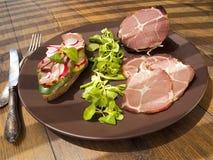 Grober, getrockneter Schinkenschinken mit Sandwich, Salat auf Platte Stockbild