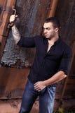 Grober junger sexueller Mann im schwarzen Hemd Lizenzfreie Stockbilder