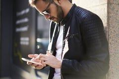 Grober Kerl in einer Lederjacke und in der Sonnenbrille Stockfoto