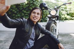 Grober Radfahrer, der Selfie nimmt stockfotografie