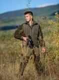 Grober Wilderer des Jägers Bärtiger Wilderer des Jägers, der Opfer sucht Wilderer mit Gewehr in der Naturumwelt ungültig lizenzfreie stockfotografie
