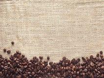 Grobes Sackzeug und Kaffeebohnen - Archivbild Stockfotografie