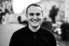 Grobes Schwarzweiss-Porträt eines modernen Mannes im Freien in der Stadt Lizenzfreie Stockfotos