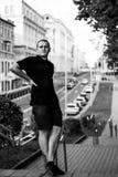 Grobes Schwarzweiss-Porträt eines modernen Mannes im Freien in der Stadt Stockfotografie