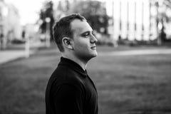 Grobes Schwarzweiss-Porträt eines modernen Mannes im Freien in der Stadt Stockbilder