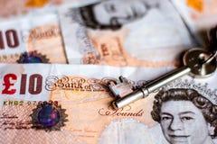 Großbritannien zehn Pfundanmerkungen und Hausschlüssel Lizenzfreie Stockbilder