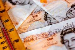 Großbritannien zehn Pfundanmerkungen und -thermometer Stockfotos
