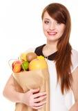 grocery Dziewczyny mienia papieru torba na zakupy z owoc obraz stock