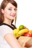 grocery Dziewczyny mienia papieru torba na zakupy z owoc fotografia royalty free
