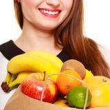 grocery Papierowy torba na zakupy z owoc w żeńskich rękach zdjęcia royalty free