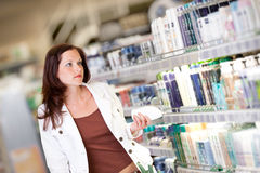 Grocery shopping store - Young brunette woman Royalty Free Stock Photography