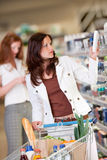 Grocery shopping store - Young woman Royalty Free Stock Photography