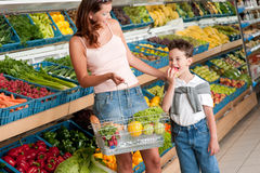 Grocery store - Woman with child Royalty Free Stock Photography
