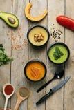 Grochy i pieprz rozpraszali na stole, weganinów posiłki jeść w karmowych zbiornikach fotografia stock