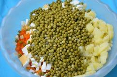 Grochy, warzywa i jajko w pucharze, obraz royalty free