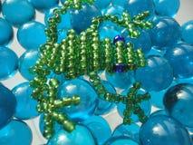 Groda av pärlor på blå bakgrund Arkivfoto