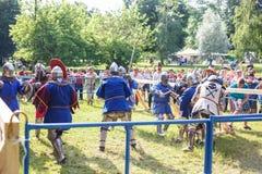 GRODNO, БЕЛАРУСЬ - ИЮНЬ 2019: группа в составе средневековый бясь на поединке бой рыцаря, в панцыре, шлемах, цепной почте с осями стоковое фото