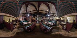 GRODNO, БЕЛАРУСЬ - НОЯБРЬ 2018: Полностью сферически безшовная панорама 360 градусов во внутреннем стильном ресторане Честера вин стоковые фотографии rf