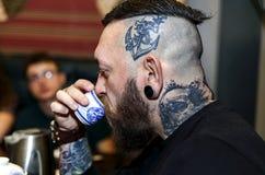 GRODNO, БЕЛАРУСЬ - 17-ОЕ АПРЕЛЯ: Бородатый человек участвует в церемонии чая, 17-ое апреля 2016 GRODNO, БЕЛАРУСИ Стоковые Фото