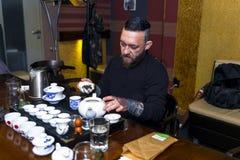 GRODNO, БЕЛАРУСЬ - 17-ОЕ АПРЕЛЯ: Бородатый человек участвует в церемонии чая, 17-ое апреля 2016 GRODNO, БЕЛАРУСИ Стоковое Изображение