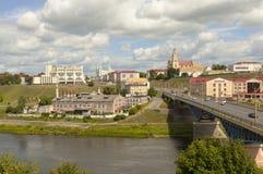 GRODNO, БЕЛАРУСЬ - 10-ОЕ ИЮЛЯ 2016: Фото старого моста, исторического центра и реки Neman Стоковое Фото