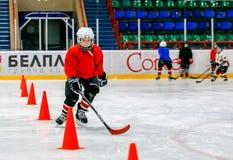 Grodno, Беларусь - 17-ое октября 2017: Практика хоккея на льде с игроком и тренером во время сверла Стоковые Фото