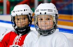 Grodno, Беларусь - 17-ое октября 2017: Практика хоккея на льде с игроком и тренером во время сверла Стоковая Фотография RF