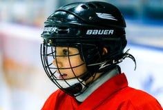 Grodno, Беларусь - 17-ое октября 2017: Практика хоккея на льде с игроком и тренером во время сверла Стоковое Фото