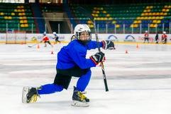 Grodno, Беларусь - 17-ое октября 2017: Практика хоккея на льде с игроком и тренером во время сверла Стоковые Изображения
